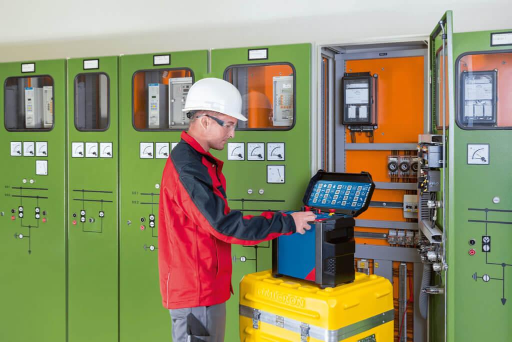 Eine Person mit dem Messgerät COMPANO in einem Umspannwerk