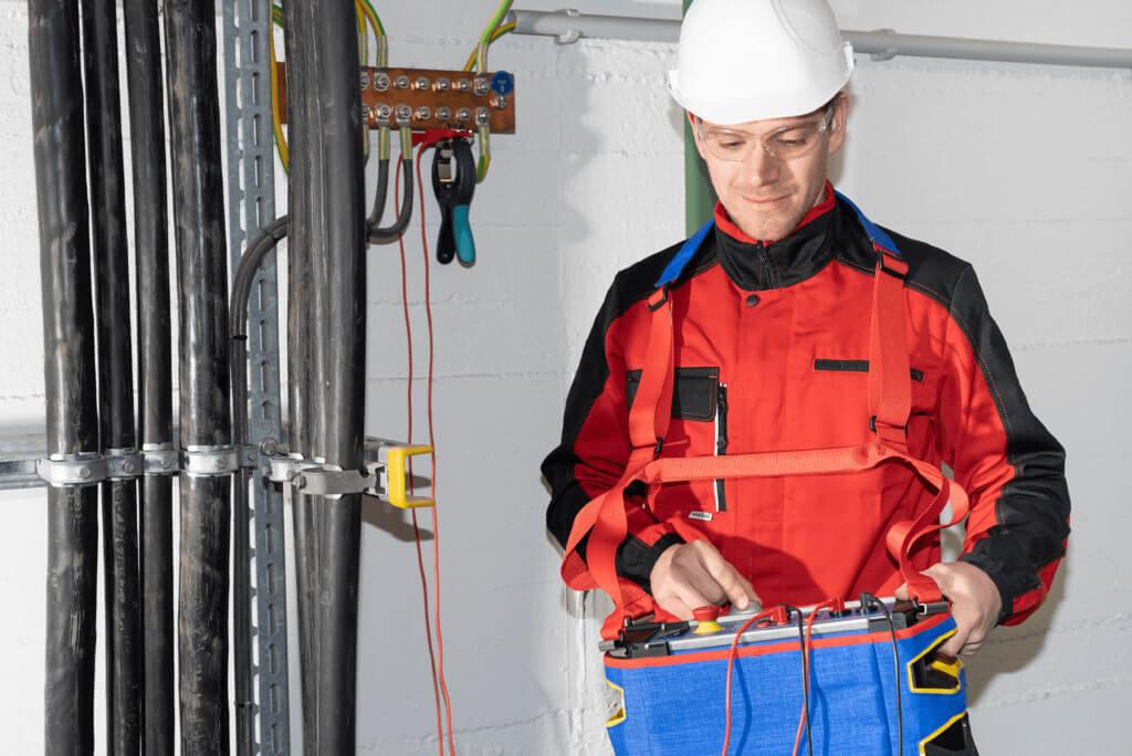 Eine Person in Schutzkleidung mit dem Messgerät COMPANO
