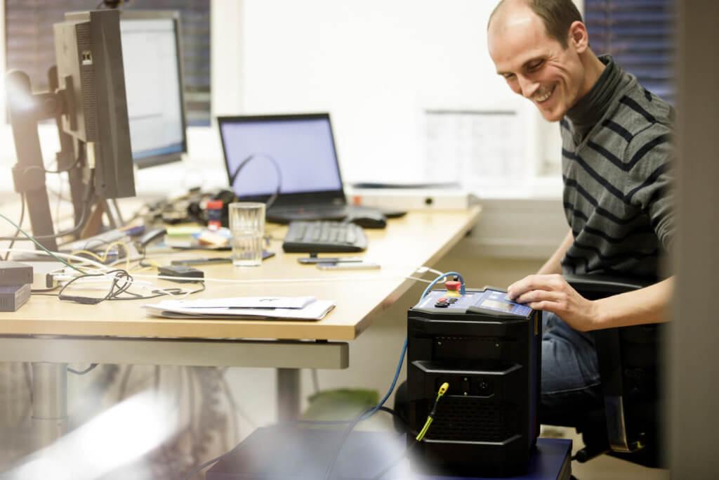 Bild eines Mitarbeiters am Arbeitsplatz