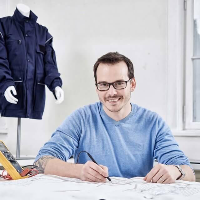Bild einer Person an einem Textilarbeitsplatz