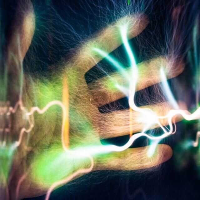 Darstellung einer Hand mit Stromdurchfluss